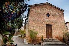 Monterongriffoli Siena, Tuscany - Novembre 12, 2017: Kyrkan Fotografering för Bildbyråer