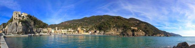 Monterosso全景、港口和海运海湾。 Cinque terre,利古里亚意大利 库存照片