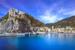 Monterosso村庄、港口和海运海湾。 Cinque terre,利古里亚意大利 免版税库存照片