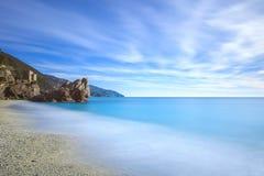 Monterosso海滩、岩石和海运。 Cinque terre,利古里亚意大利 库存照片