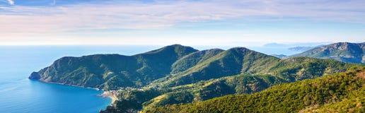 Monterosso海滩全景鸟瞰图,小山和海运咆哮。 免版税图库摄影