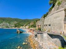 Monterosso,意大利- 2015年9月09日:海滩的人们 库存照片