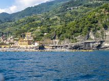 Monterosso al wysokiego sezonu plaży Kobyli widok, Cinque Terre, Włochy obrazy royalty free