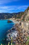 Monterosso海滩和海运海湾。 Cinque terre,利古里亚意大利 库存照片