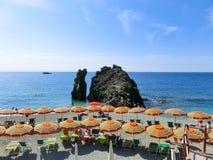Monterosso, Italia - 9 settembre 2015: La gente alla spiaggia Fotografia Stock Libera da Diritti