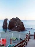 Monterosso, Liguria, Italia, Cinque Terre, roccia del punto di riferimento sul Immagine Stock