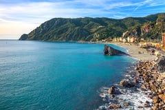 Monterosso plaża i morze zatoka. Pięć ziemi, 5 terre, Ligury Włochy Zdjęcia Royalty Free