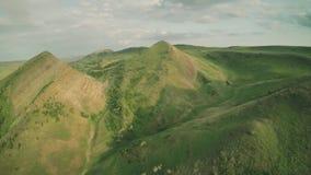 Montes épicos do voo das montanhas de Cáucaso e zangão Georgian 4k do waterwall dos animais de Geórgia da natureza da beleza do v filme