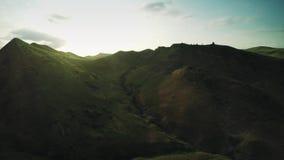 Montes épicos do voo das montanhas de Cáucaso e zangão Georgian 4k do waterwall dos animais de Geórgia da natureza da beleza do v vídeos de arquivo