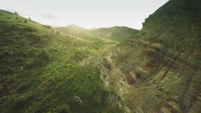 Montes épicos do voo das montanhas de Cáucaso e zangão Georgian 4k do waterwall dos animais de Geórgia da natureza da beleza do v video estoque