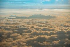 Montes aumentados da manhã do nascer do sol da névoa bonita Foto de Stock