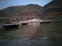Montes bonitos nos bancos do krishna do rio Imagem de Stock Royalty Free
