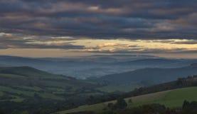 Montes britânicos do campo em Misty Autumnal Morning imagens de stock royalty free
