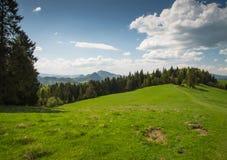 Montes cênicos da paisagem e montanhas e céu nebuloso azul Imagem de Stock Royalty Free
