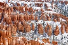 Montes cobertos com os azarentos e a neve, Bryce Canyon, Utá Fotos de Stock