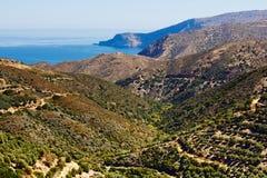 Montes cobertos com os bosques verde-oliva e o seascape do mar Mediterrâneo na Creta, Grécia fotografia de stock royalty free
