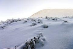 Montes cobertos de neve nas montanhas Fotografia de Stock