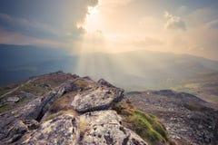 Montes da montanha no por do sol nebuloso fotografia de stock