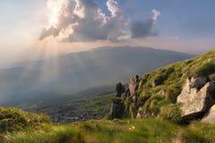 Montes da montanha no por do sol nebuloso foto de stock royalty free