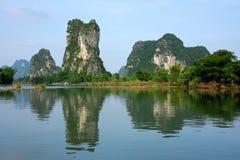 Montes da pedra calcária, Li-rio, Yangshou, China Imagem de Stock