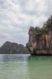 Montes da pedra calcária em torno da ilha do islandParadise do embarque na província de Krabi, Tailândia do sul Imagens de Stock