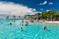 MONTES DE PEDRAS; AUSTRÁLIA - 17 DE ABRIL DE 2017 Lagoa tropical da natação em t fotos de stock