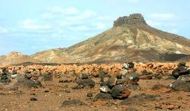 Montes de pedras e vulcão fotografia de stock