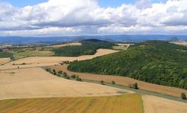 Montes do Ceske Stredohori com as montanhas de Krusne Hory no horizont Imagens de Stock Royalty Free