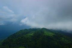 Montes e nuvens Imagens de Stock