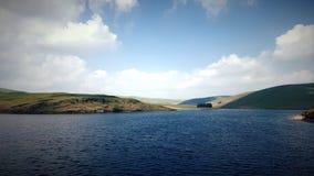 Montes e um reservatório em Gales fotos de stock
