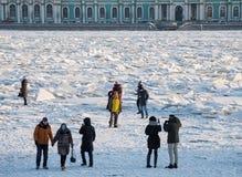 Montes em Neva River foto de stock