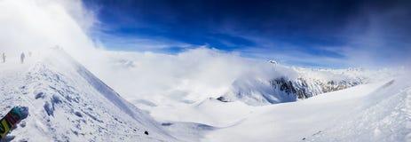 Montes nevados bonitos imagem de stock