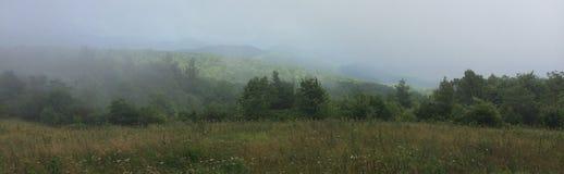 Montes nevoentos Foto de Stock
