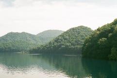 Montes no lago Toya imagens de stock