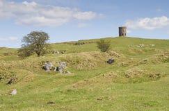 Montes rochosos com templo de Solomons ou torre de Grinlow em Buxton, Der Fotografia de Stock Royalty Free