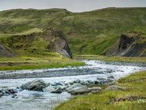 Montes verdes do camong azul do rio em Islândia sul Fotos de Stock