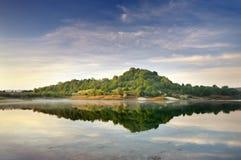 Montes verdes do lago e da mola Fotos de Stock