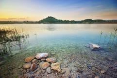 Montes verdes do lago e da mola Imagens de Stock