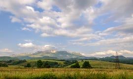 Montes verdes e céu azul com nuvens Imagens de Stock