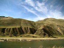 Montes verdes e lago Foto de Stock