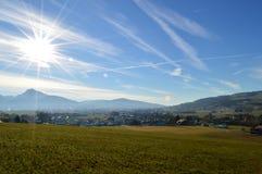 Montes verdes e montanhas Fotos de Stock