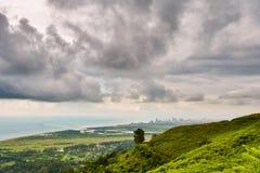Montes verdes e perímetro urbano Imagem de Stock