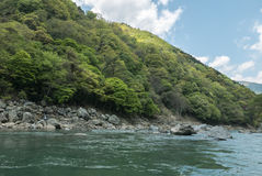 Montes verdes rochosos ao longo do rio de Hozugawa Imagem de Stock Royalty Free