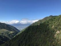 Montes verdes sob o céu azul fotos de stock royalty free