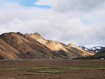 Montes vulcânicos de Landmannalaugar no fundo foto de stock royalty free