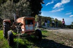 Montescudaio Pisa, Italien - Oktober 19, 2017 - fotvandrare promenerar Arkivbilder
