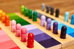 Montessori wood färggamut arkivfoton