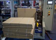 Monteur automatique de carton photos stock