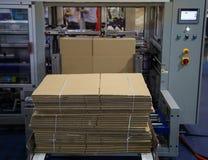 Monteur automatique de carton images stock