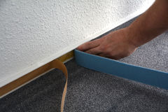 Monteurs d'un plancher au travail photo libre de droits